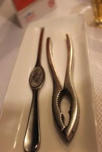 pemecah kepiting dan alat untuk mengorek bagian dalam kepiting