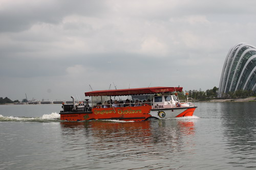 Saya ikutan duck tour. Seru juga naik kapal amfibi ini.