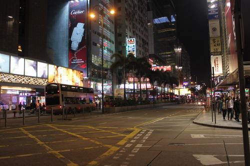 Sudah malam tapi jalanan Tsim Tsa Tsui masih tetap ramai.
