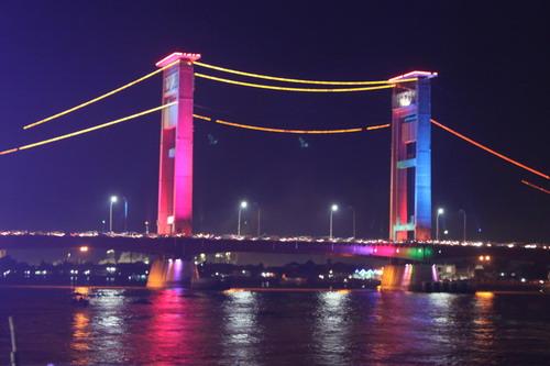 warnanya lampunya berbeda-beda. sekarang jadinya pelangi. jembatan ampera kelihatan lebih cantik.