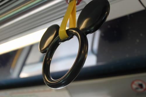 pegangan di kereta menuju disneyland