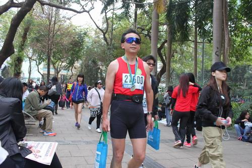 Peserta Hong Kong Marathon yang sudah berseliweran di garis akhir.