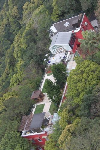 Rumahnya keren.. ada taman di atap rumah.