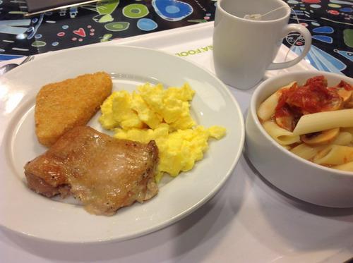 makanan pagi di ikea. scramble egg, hash potato, herb-grilled chicken dan penne pasta