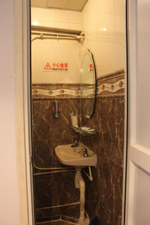 Saking sempit kamar mandinya, tidak bisa mengambil foto ruangan secara keseluruhan.