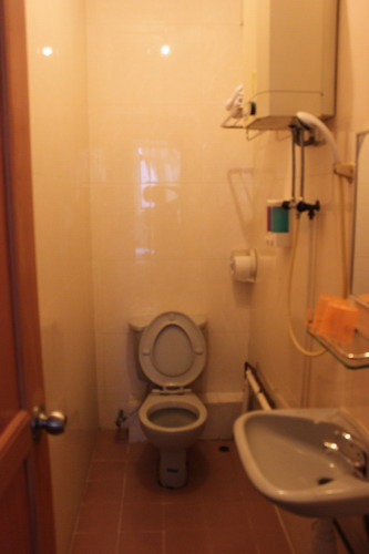 Kamar mandinya sempit tapi bersih