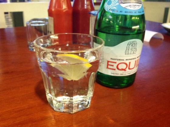 air mineral - 20 ribuan. dikasih lemon tuh. untung gak salah kira kobokan.