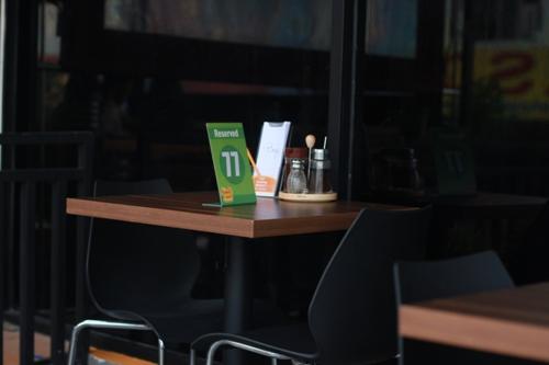 meja di bagian luar