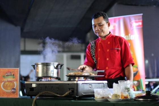 Chef M. Khatib Iqbal memasak gulai tempoyak