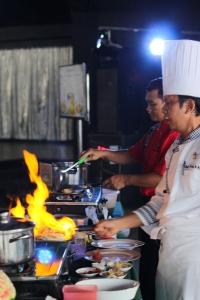 Chef I Gede Surata sedang mempersiapkan gulai kepala kakap