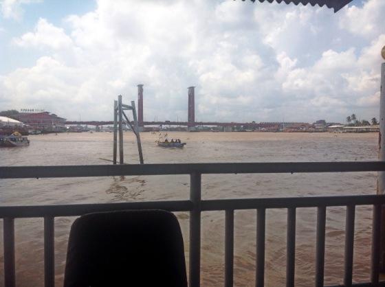 pemandangan dari dek luar riverside