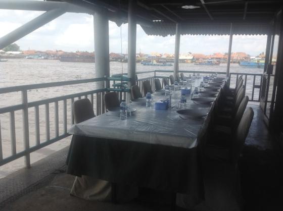 meja makan di dek luar riverside