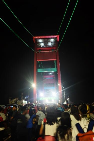 Jembatan Ampera jam 5 pagi. Orang-orang sudah mulai memadati jembatan ini