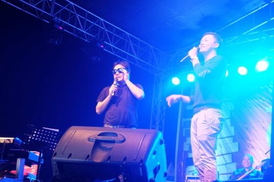Dwiki Darmawan mengusulkan agar mengundang lima penonton ke atas panggung dan langsung dibatalkan karena penonton di depan langsung menggila.