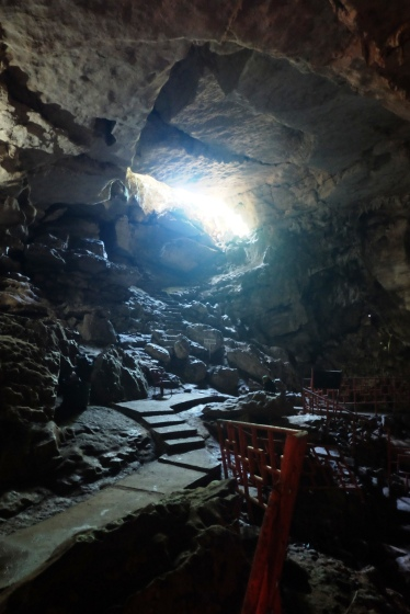 jalan-jalan di dalam gua sudah di semen, jadi tidak perlu khawatir terpeleset