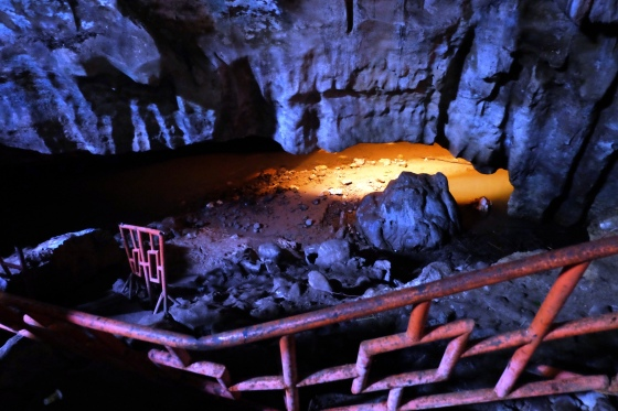 tangga menuju aliran sungai Semuhun di dalam gua. Bisa awet muda kalo cuci muka pake air ini, katanya.