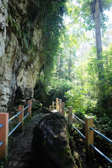 jalan keluar dari gua putri.