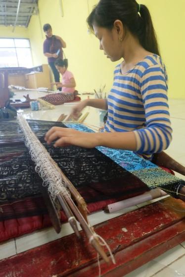Proses pembuatan songket Palembang