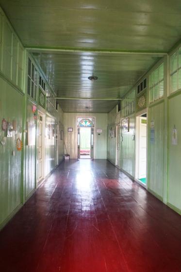 Koridor di lantai dua yang memakai lantai kayu