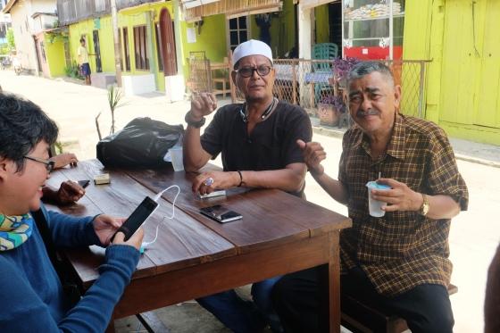 Para sesepuh kampung Al Munawar. Mereka terbuka menerima orang luar yang datang ke kampung ini.