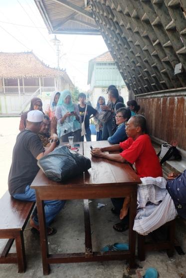 Kami mengobrol dengan sesepuh kampung Al-Munawar