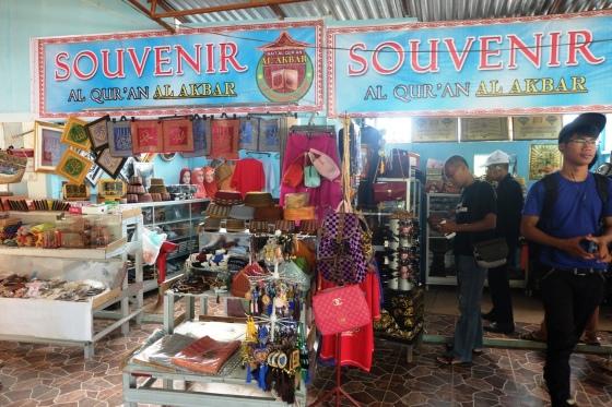 Tempat penjualan souvenir di bagian depan Al-Quran Al-Akbar