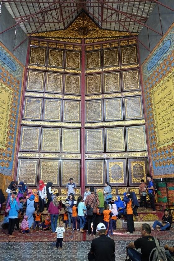 Setiap hari Al-Quran Al Akbar selalu dikunjungi oleh banyak orang baik warga Palembang maupun turis lokal dan mancanegara