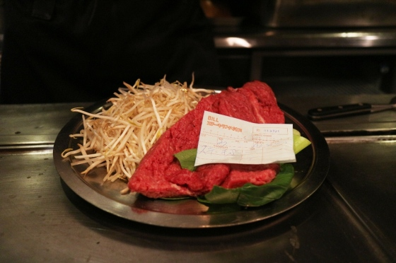punya tetangga sebelah. steak lunch untuk dua orang